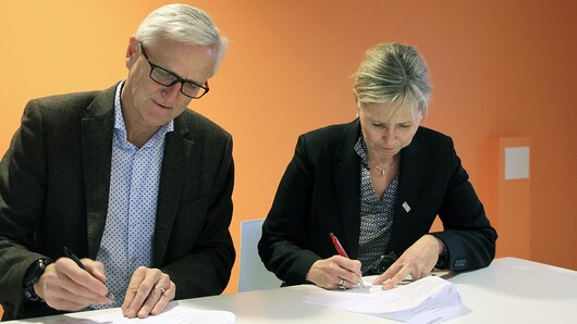 Per Foss from the Norwegian Industrial Property Office and Gøril Hannås from UiA sign the cooperation agreement. (Photo: Industrial Property Office)